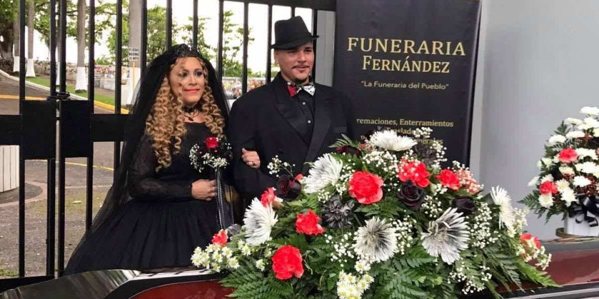 Contraen matrimonio frente a un cementerio y vestidos de negro