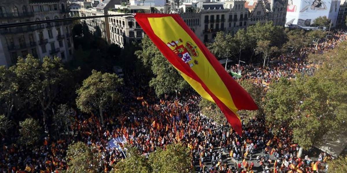 """Bajo el lema """"Todos somos Cataluña"""" miles de personas marchan en Barcelona contra la declaración de independencia"""