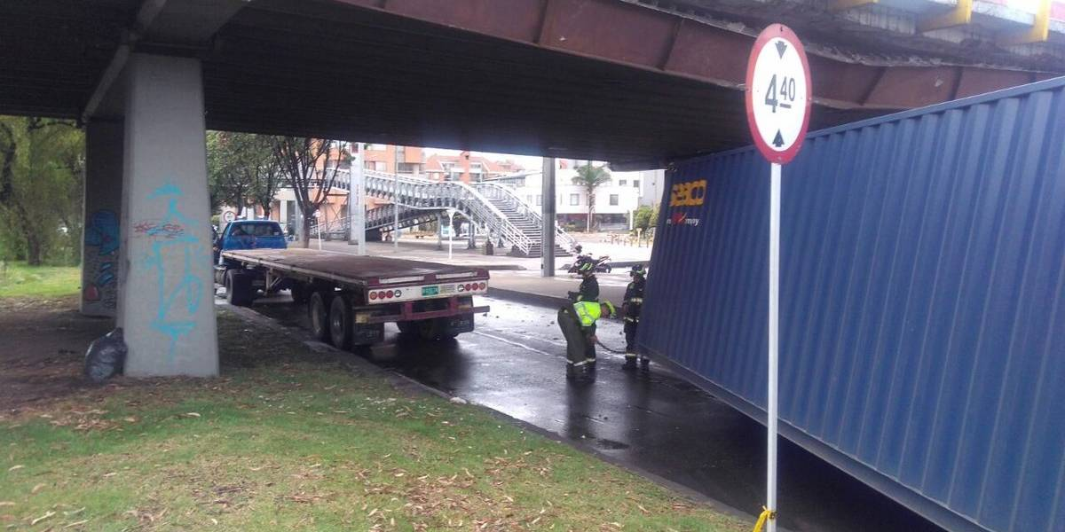 Tractomula se estrella contra puente de la calle 116