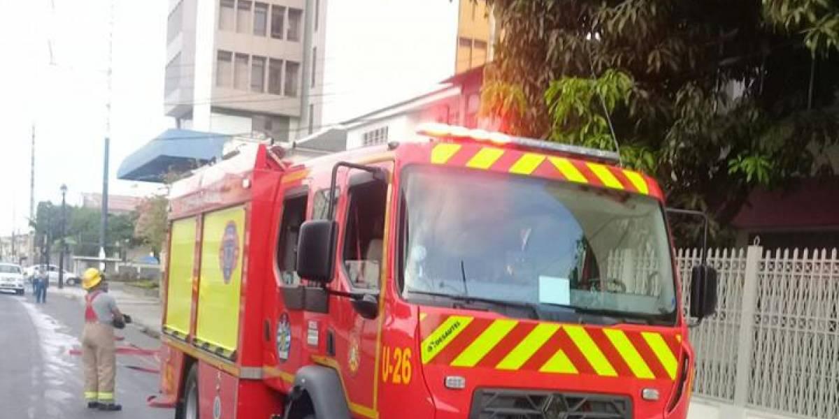 Bomberos alertan derrame de combustible sobre Av. José Mascote