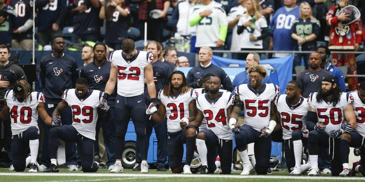 Jugadores de Houston se arrodillan en protesta contra el dueño del equipo