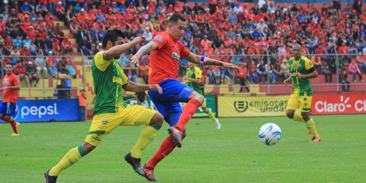 VIDEO. Jugador de Petapa sufre dolorosa lesión en el estadio El Trébol