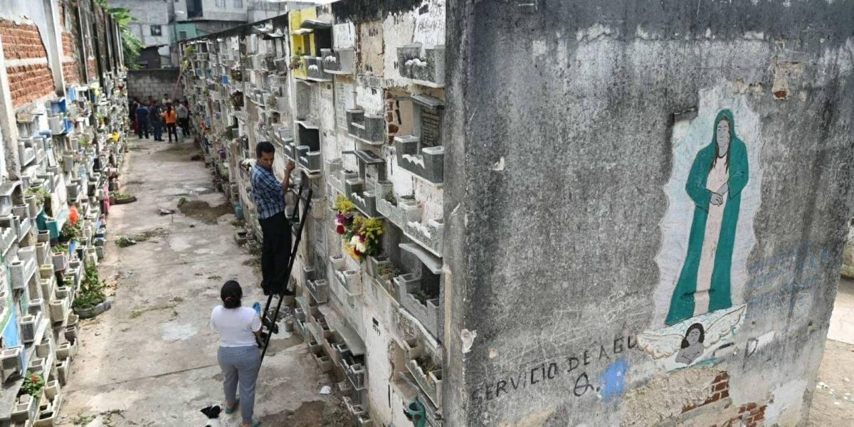 Guatemaltecos acuden al Cementerio General previo al Día de Todos los Santos
