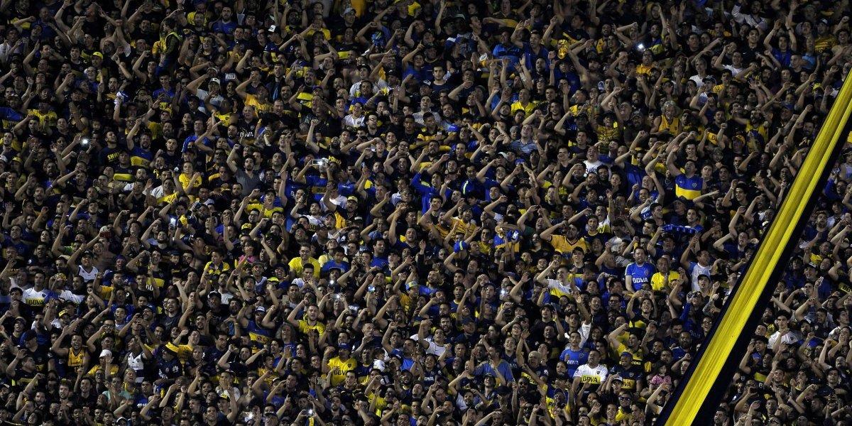 Hincha de Boca Juniors intentó cambiarse de tribuna y quedó atrapado en una muralla de la Bombonera