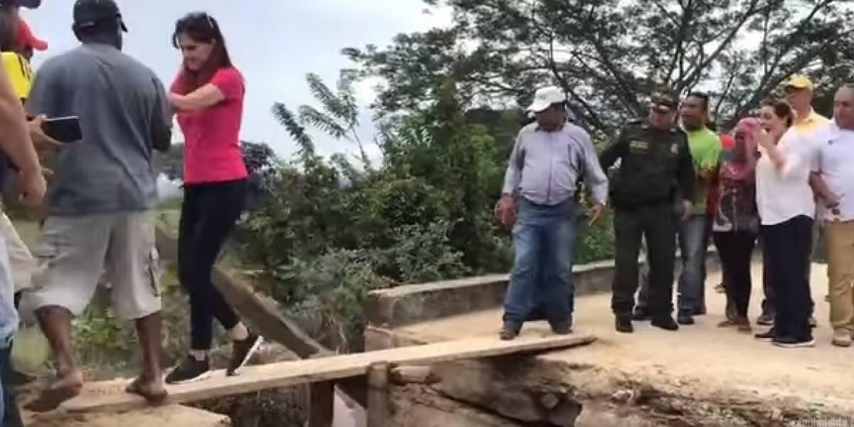 (En video) Gobernadora del Magdalena por poco se cae en un puente artesanal