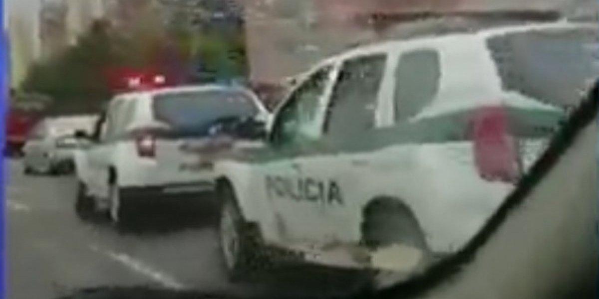 Patrulla de la Policía remolca a otra con un cable en Bogotá