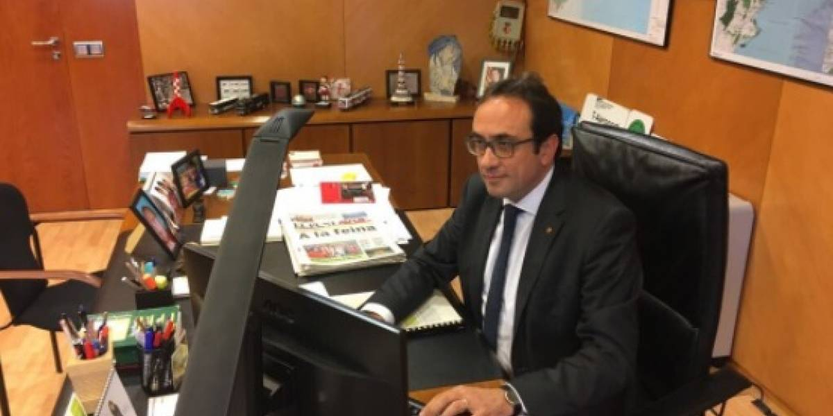Consejero catalán desafía al gobierno español tras destitución del Parlamento y sube foto a Twitter trabajando en su despacho