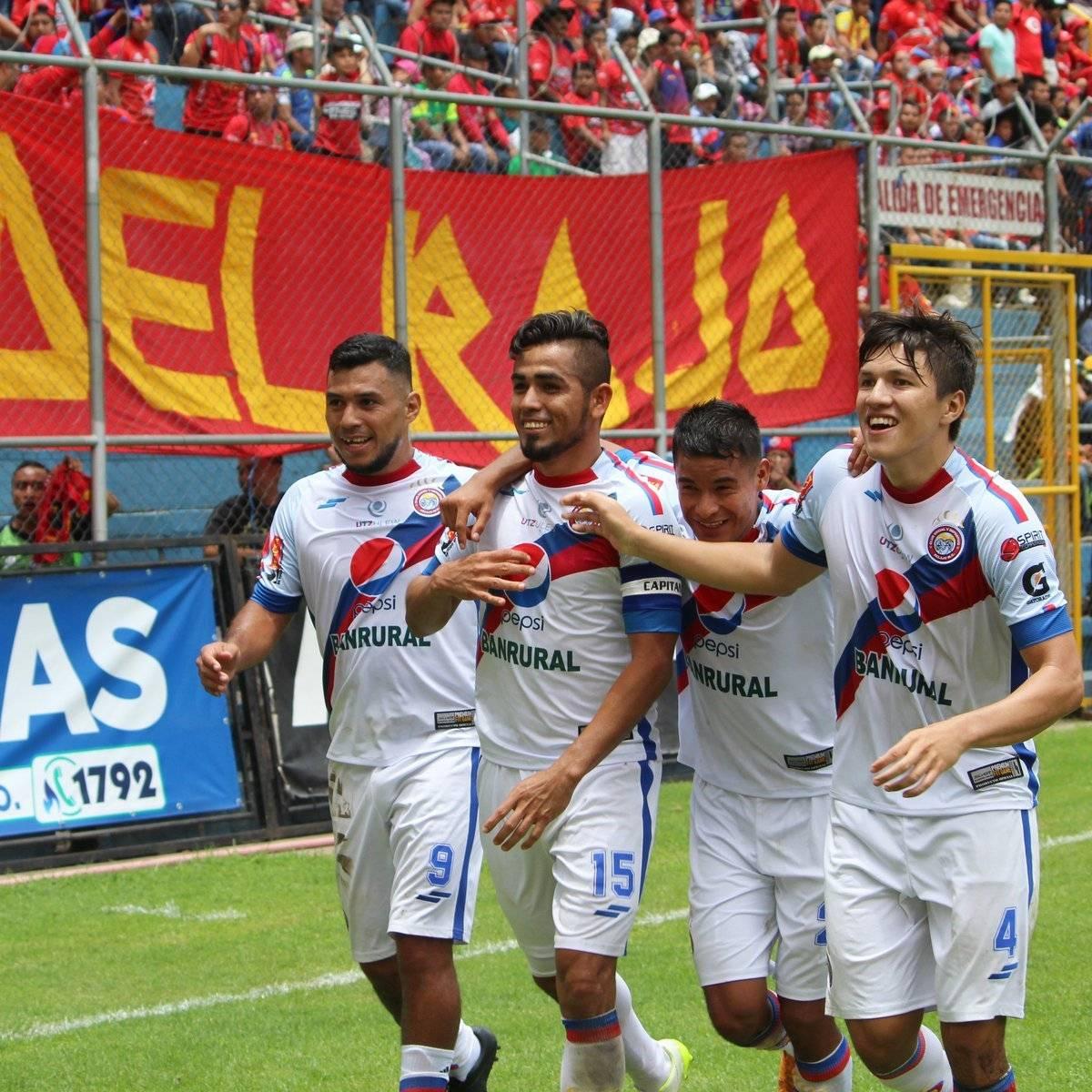 César Morales celebra un gol ante Municipal