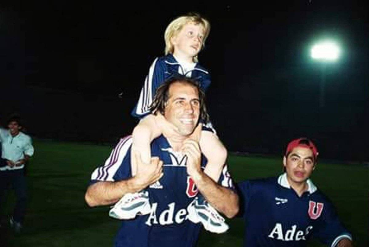 Thomas Rodríguez celebra arriba de su padre Leo / Gentileza