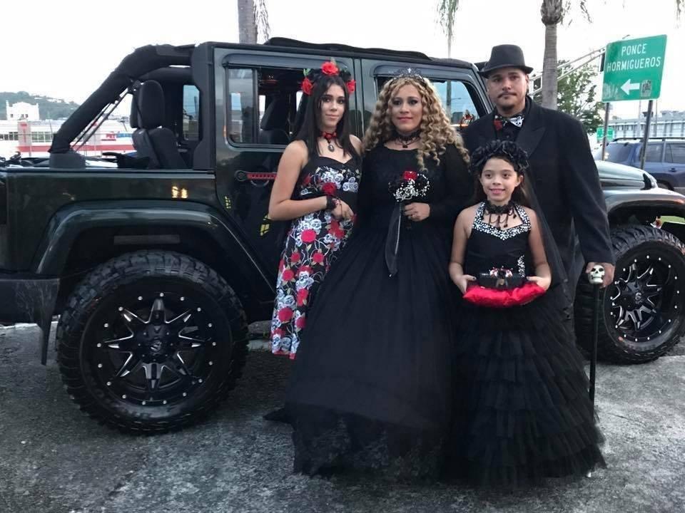 Se casan frente a cementerio en Puerto Rico