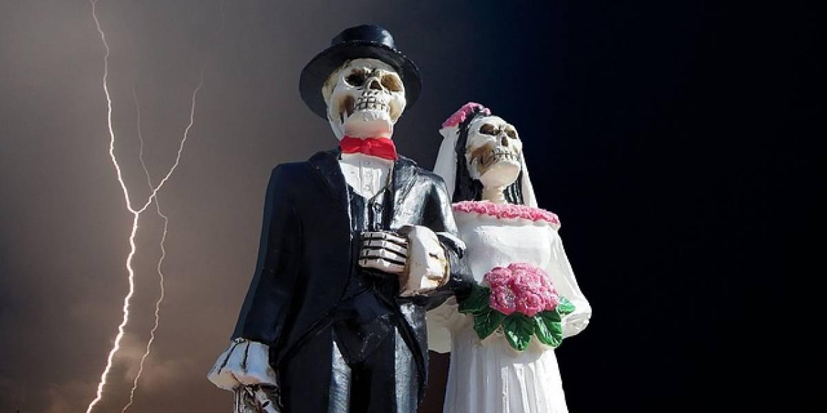 Boda de miedo: se casan frente a un cementerio y vestidos de negro