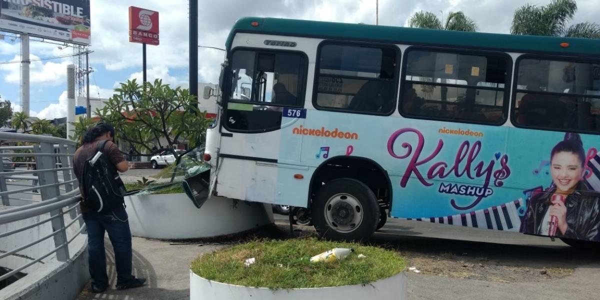 Autobús sufre accidente en Copérnico y López Mateos, nueve heridos