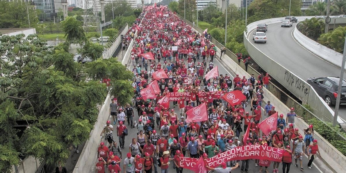 Sem-teto fazem caminhada de 9h até Palácio do Governo de SP