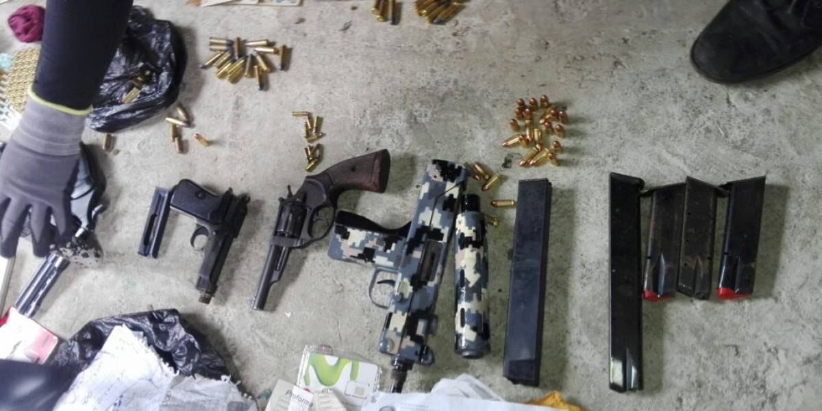 Armas y uniformes con diseño militar, entre lo decomisado en operativo contra extorsiones