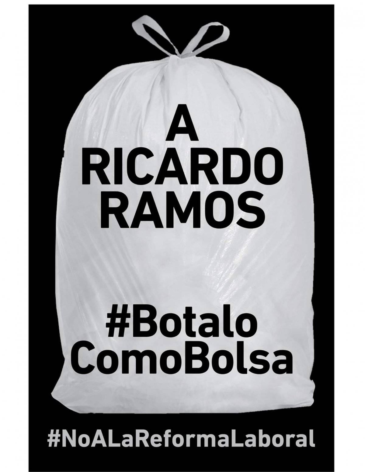 Pasquines con diferentes mensajes acompañado del hashtag #BotaloComoBolsa