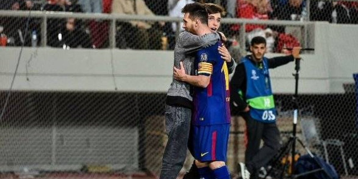 Espontáneo besó a Messi en pleno partido de Champions