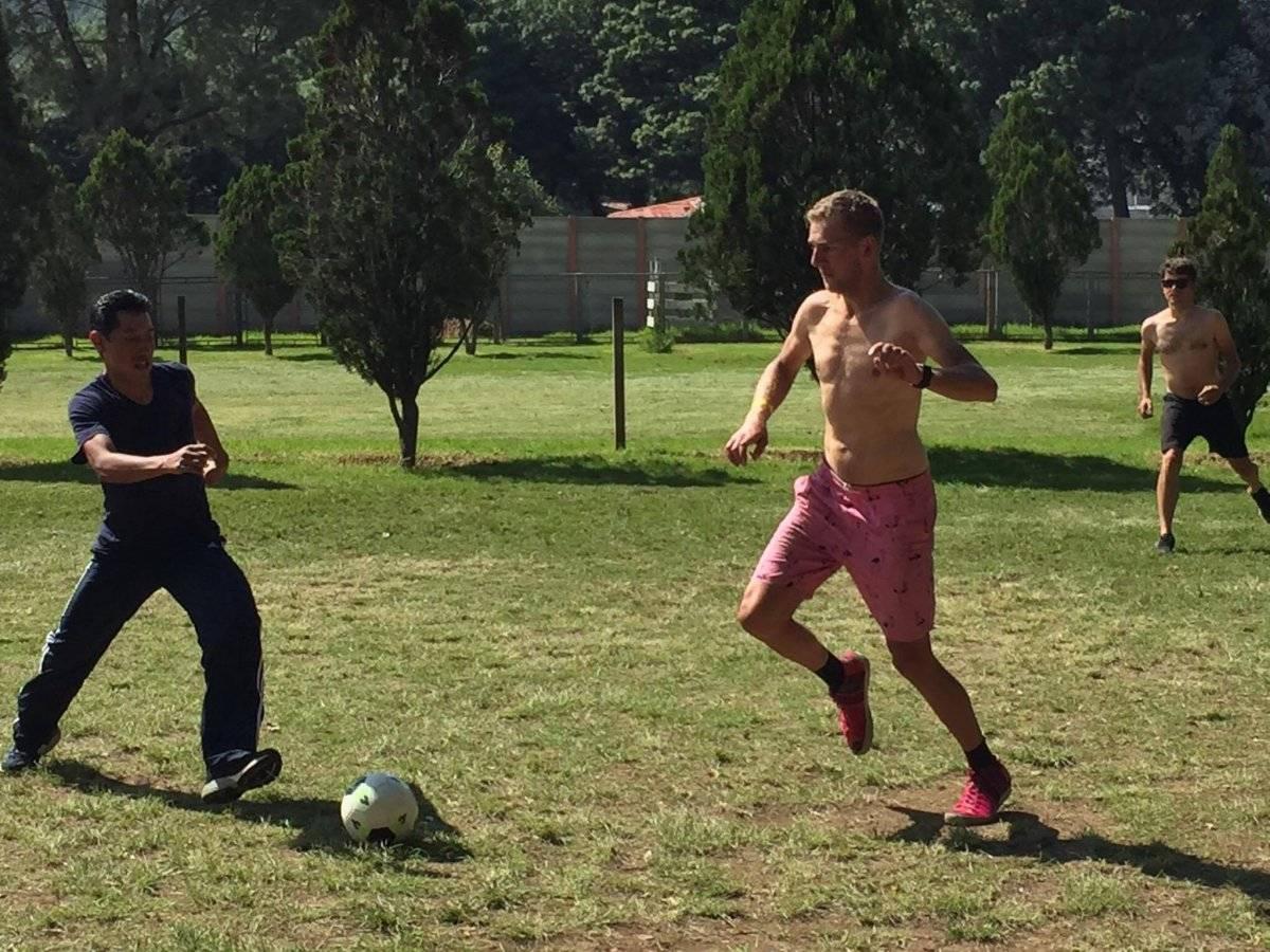 Los holandeses jugando futbol en Tecpán