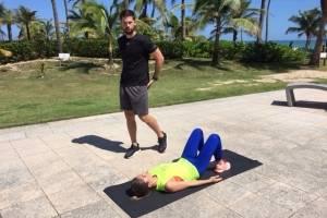 """Para tonificar los glúteos, los entrenadores recomendaron """"el puente"""", otro ejercicio que es posible hacer al aire libre o en la casa. Foto: David Cordero Mercado"""