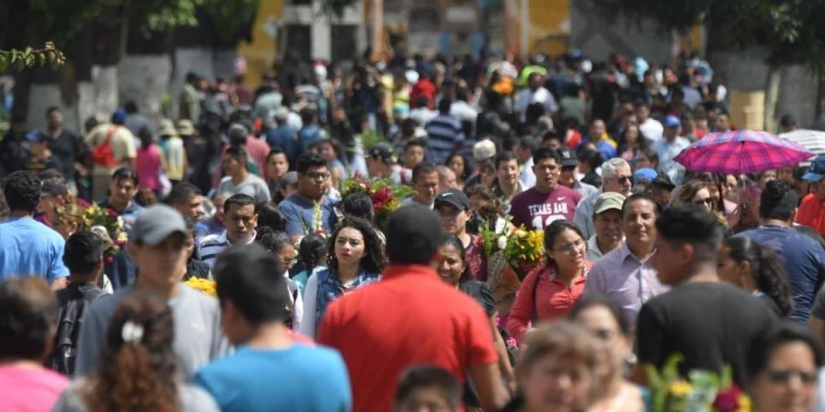 Miles llegan al Cementerio General para recordar a sus difuntos