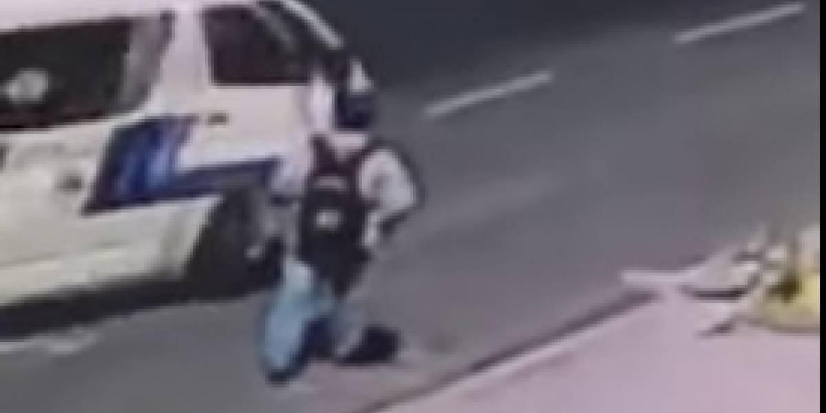 Video: Hombre desaparece al tratar de parar una buseta en México