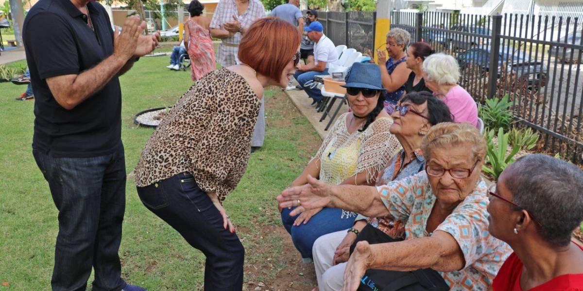 Personas de edad avanzada reciben alimentos calientes