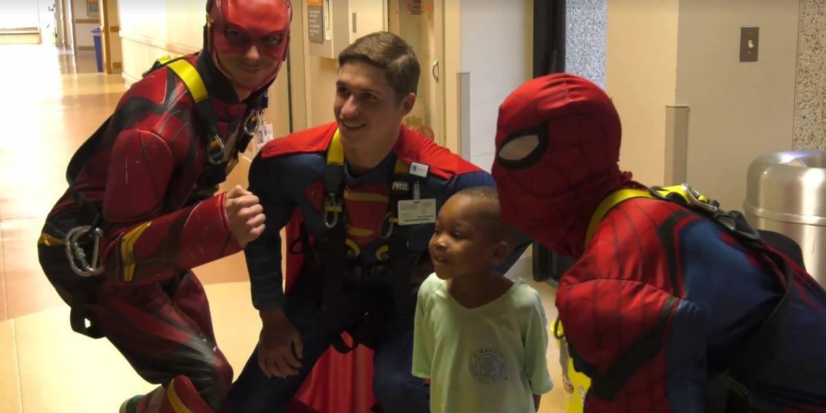 Super-heróis limpam janelas de prédio para alegrar pacientes de hospital infantil