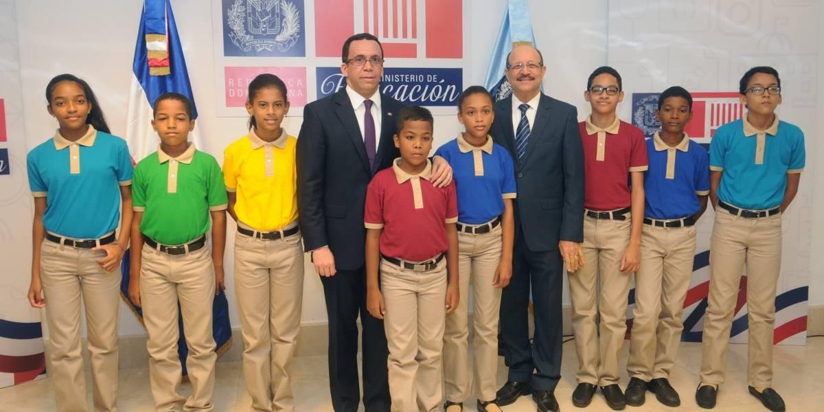 Minerd presenta nuevos modelos de uniformes para escuelas públicas del país