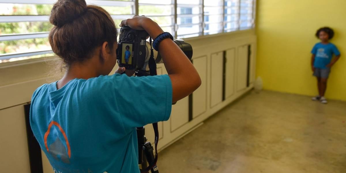 María no detiene ganas del Taller de Fotoperiodismo de servir a la niñez