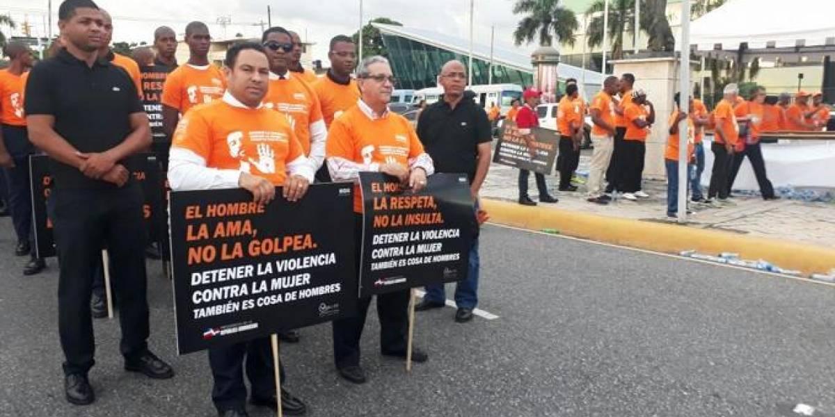 Cientos de hombres marchan contra violencia a la mujer