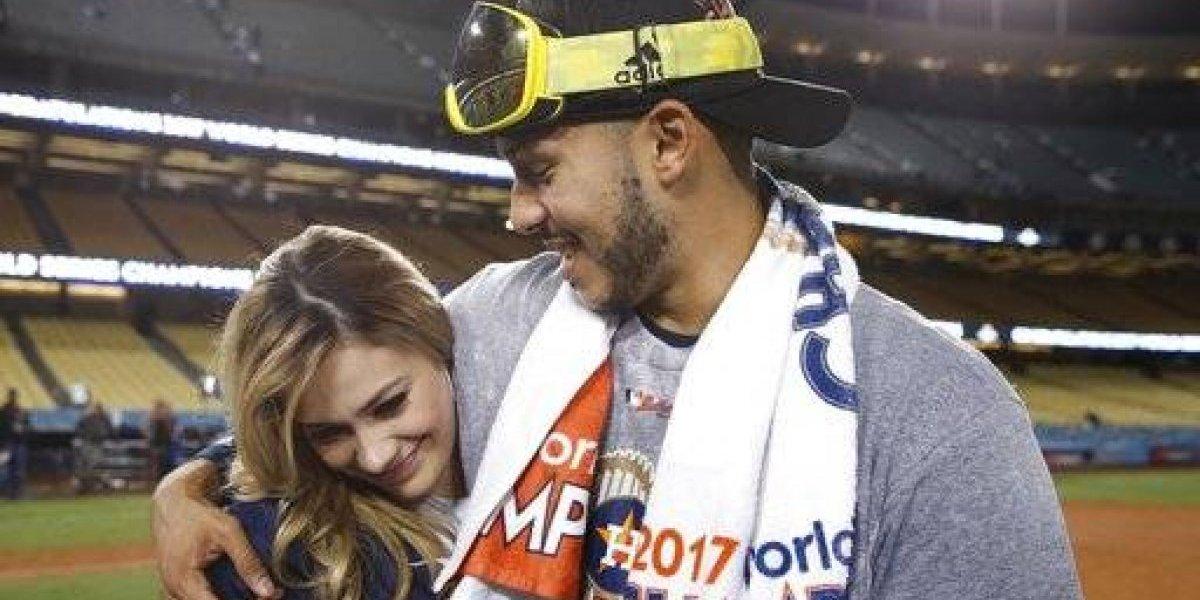 Carlos Correa propone matrimonio a su novia en TV, tras ganar campeonato