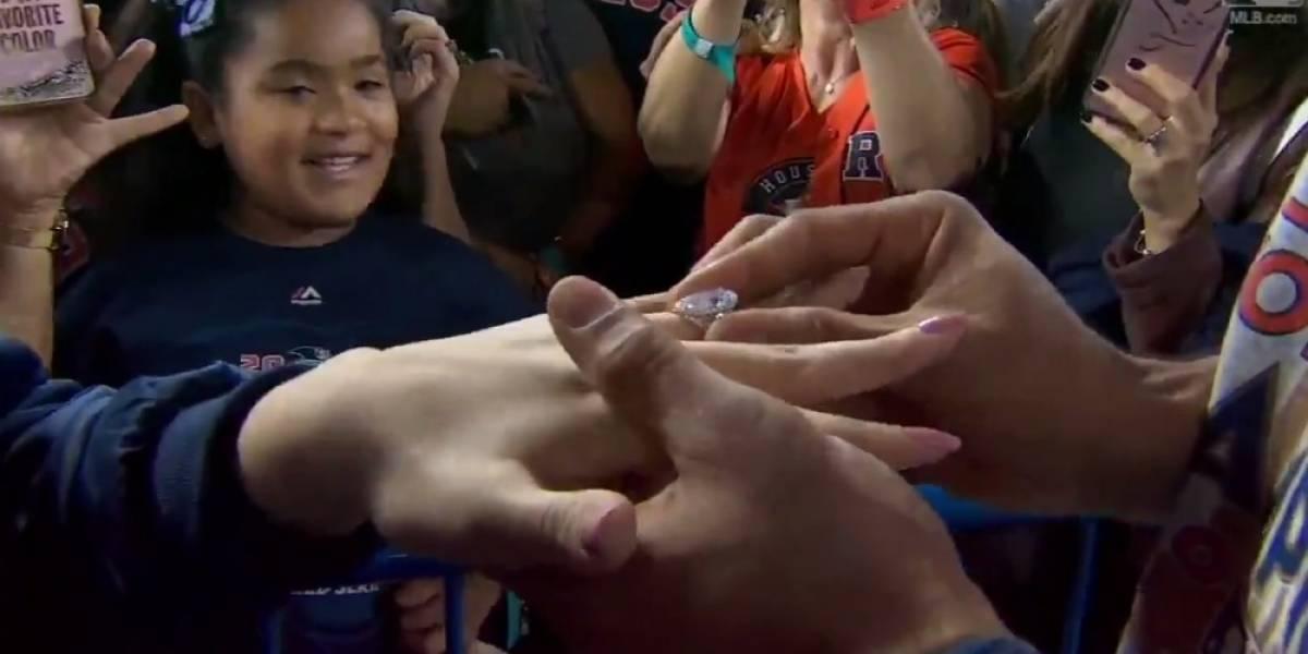 VIDEO: Beisbolista de Astros propone matrimonio a su novia tras ganar Serie Mundial