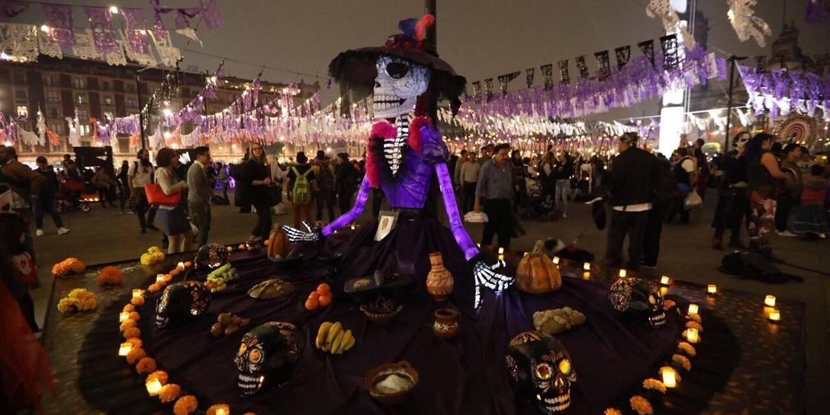 Ofrenda Monumental del Zócalo recibe a cientos de visitantes