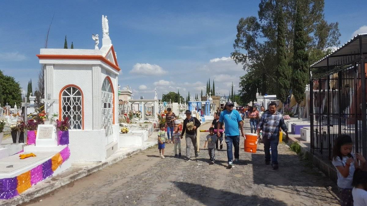 Tapatíos atiborran los panteones metropolitanos