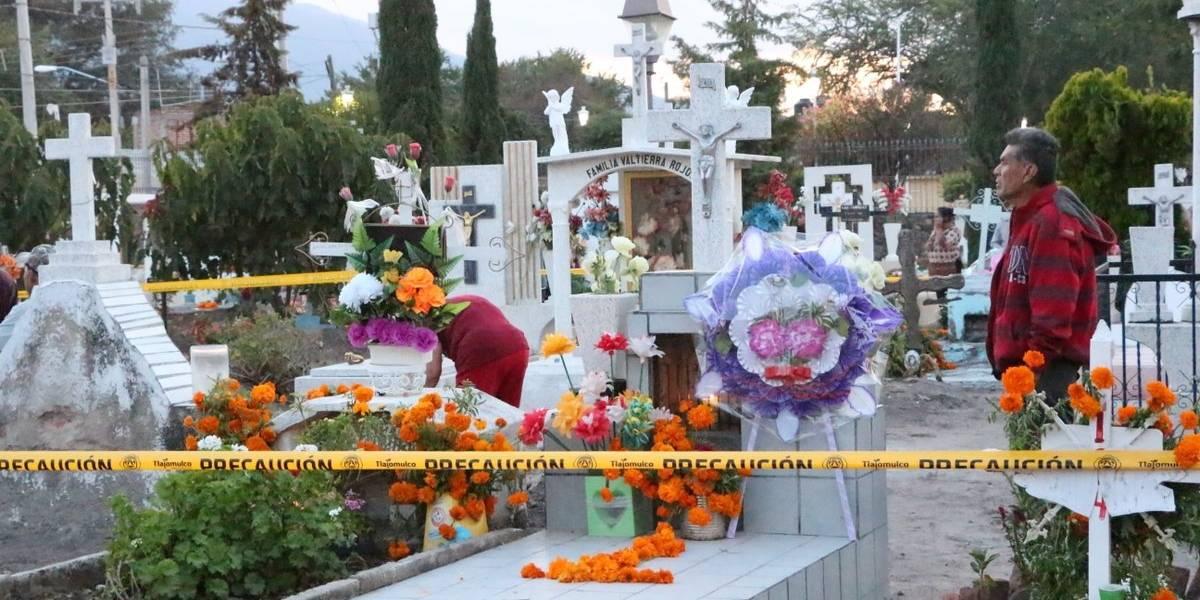 Por el Día de Muertos, atiborran los cementerios metropolitanos