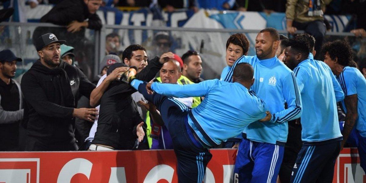 Evra patea a un aficionado de su propio equipo
