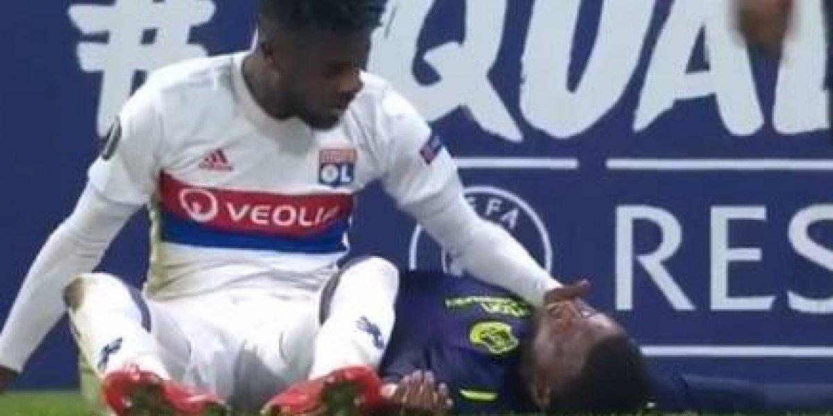 VIDEO: Jugador del Everton quedó inconsciente y salió en camilla tras terrible caída
