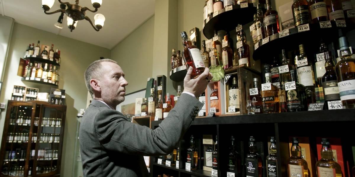 El turista chino que terminó pagando $30 millones por un whisky falso