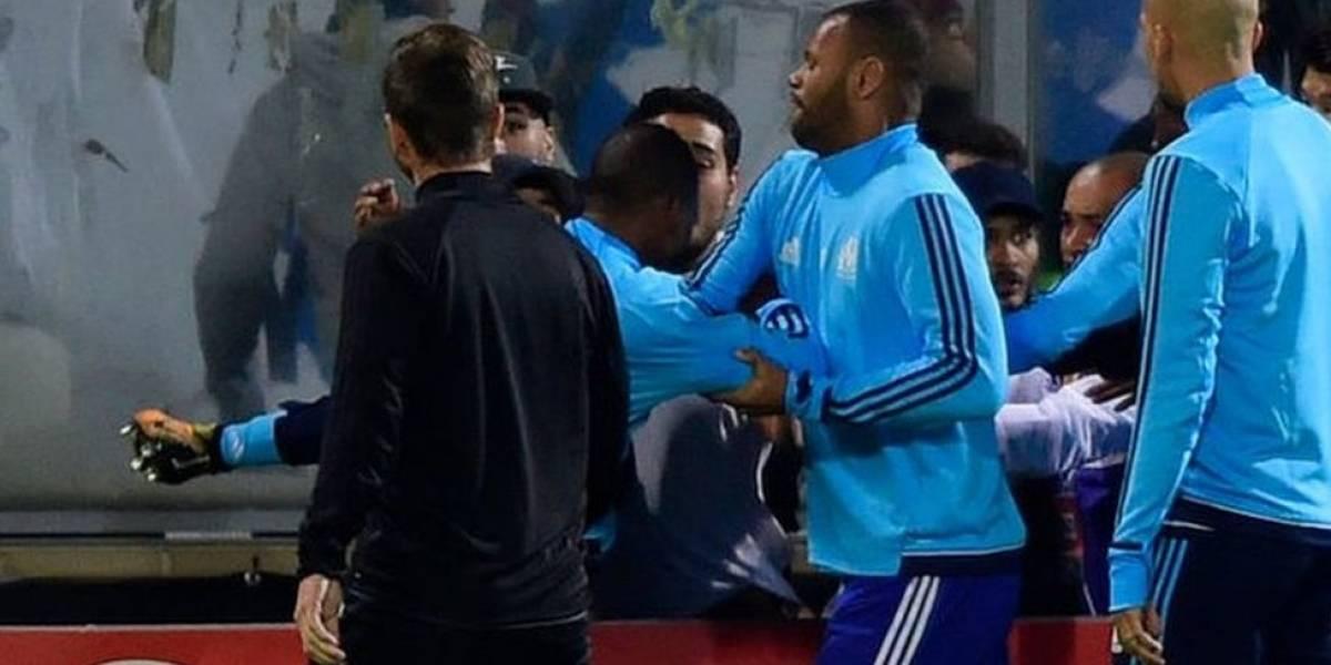 La impactante patada a la cabeza del futbolista francés Patrice Evra a un fanático de su propio equipo, el Olympique de Marsella