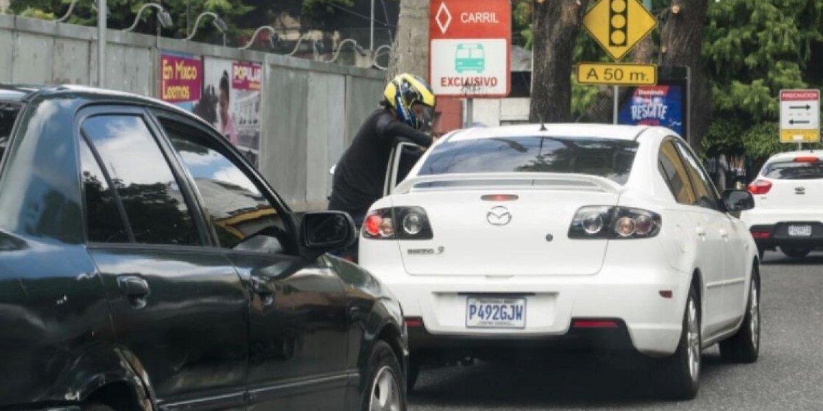 Amílcar Montejo comparte fotos que delatan el rostro de presunto motoladrón en plena acción