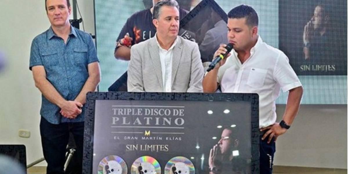 Acordenero de Martín Elías recibió entre lágrimas triple disco de platino