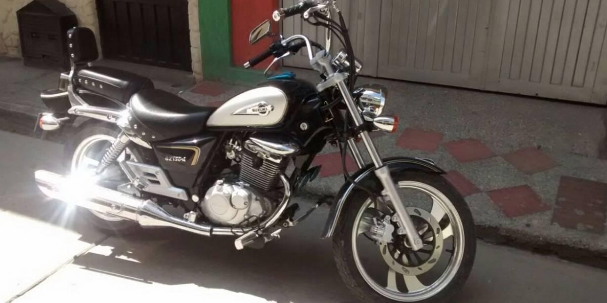 En video quedó registrado como delincuentes bajaron a una mujer de su moto