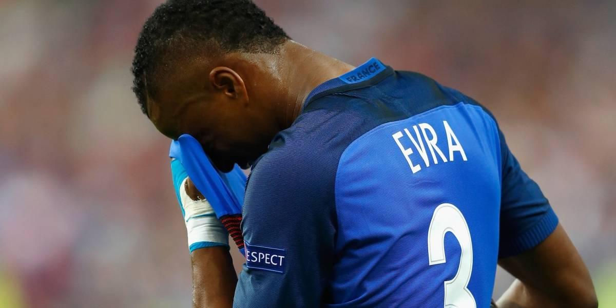 Esta será la sanción para Evra por patear a un aficionado de su equipo