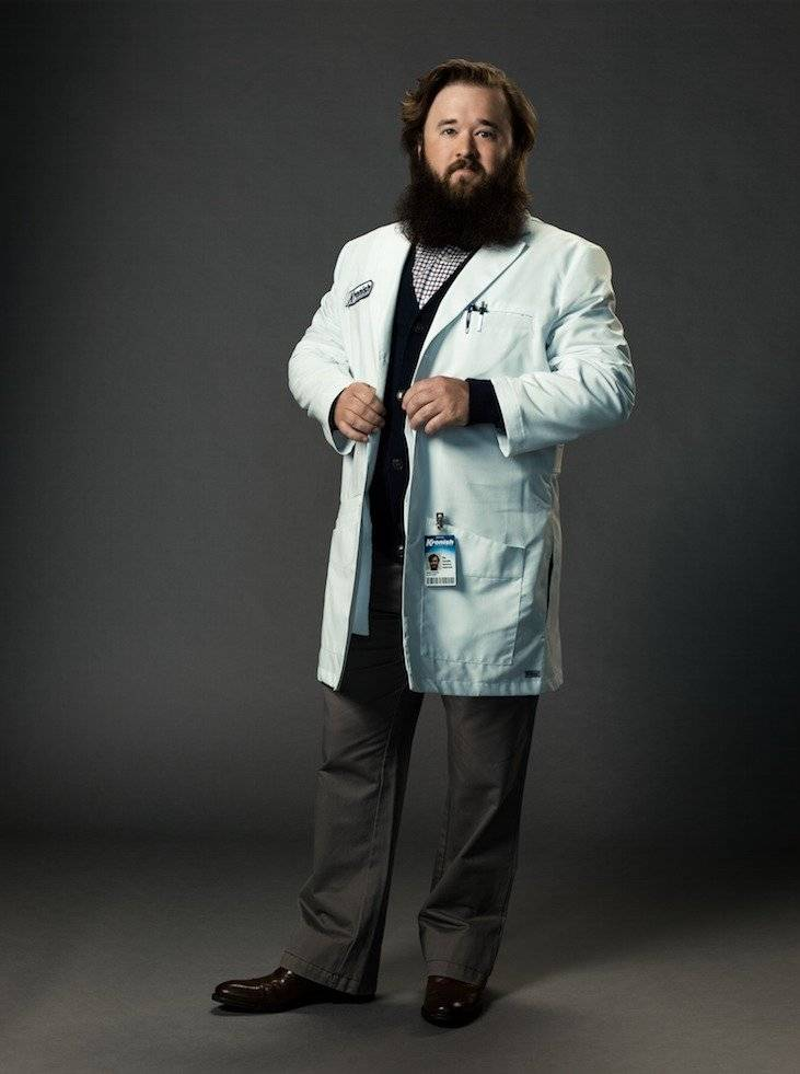 "Haley Joel Osment as Dr. Stu Camillo en la serie de comedia ""Future Man"". Foto: Hulu"