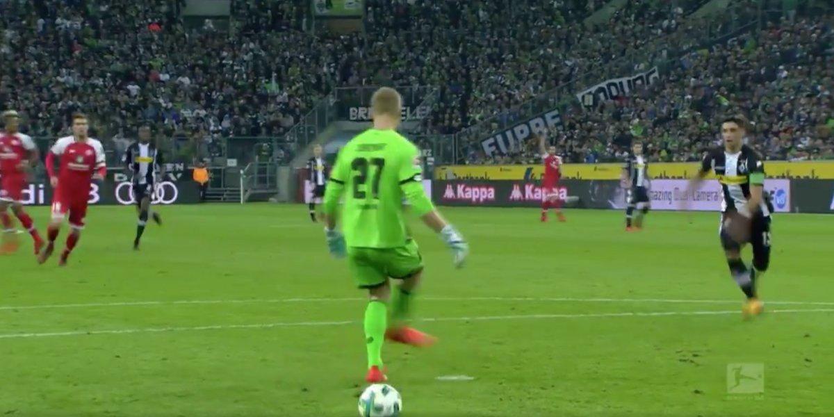 """Increíble situación se vivió en la Bundesliga: Arquero alemán reinventa el """"pase sin mirar"""""""