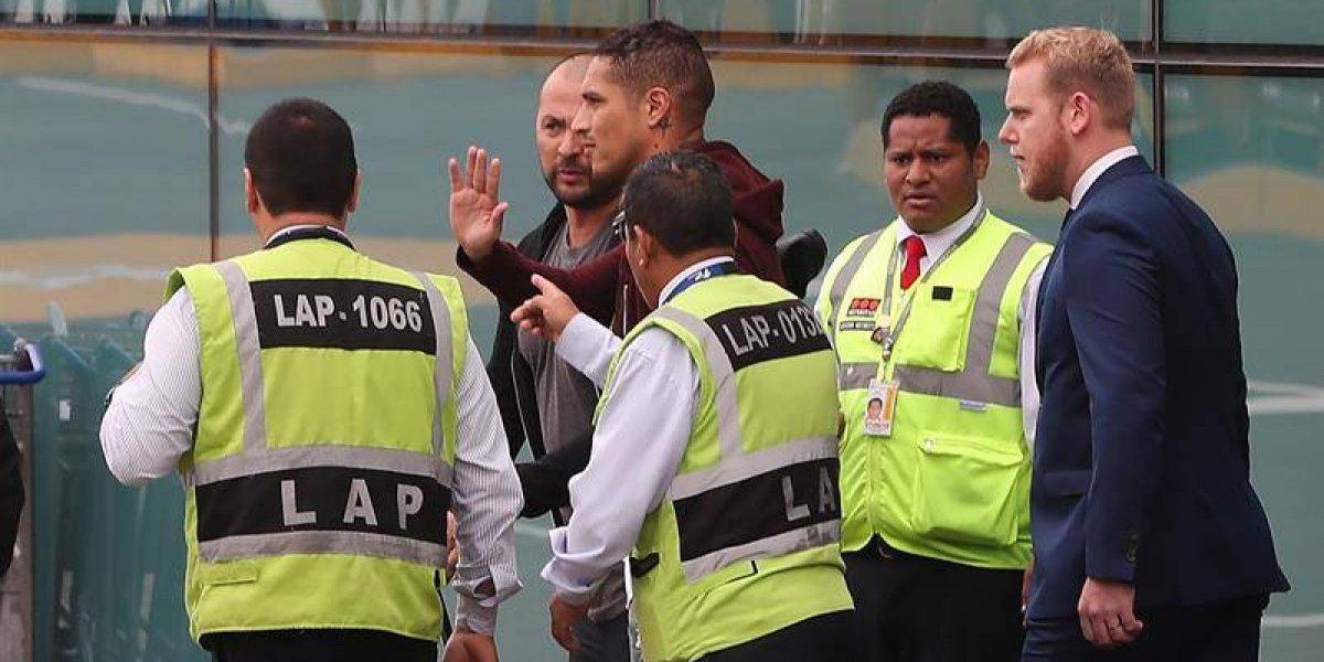 Paolo Guerrero recibió el apoyo de los hinchas en su llegada a Perú