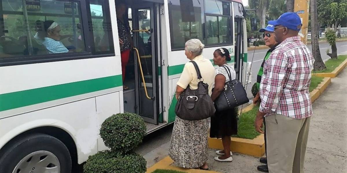 OMSA transporta gratis participantes en Sexta Feria Nacional de Envejecientes