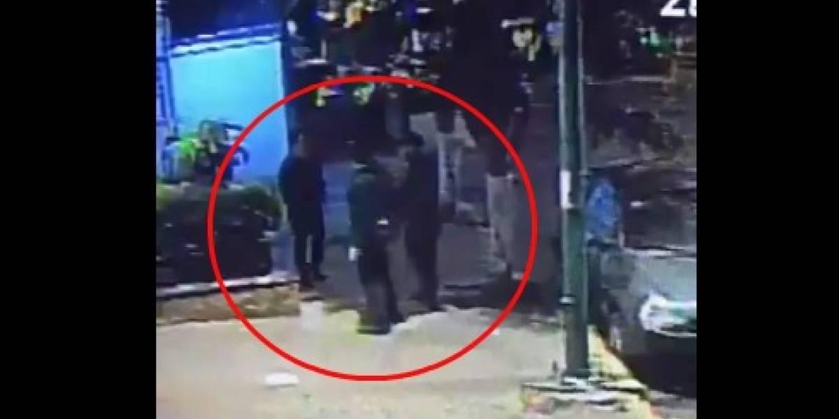 VIDEO: Presunto policía roba a jóvenes en calles de CDMX