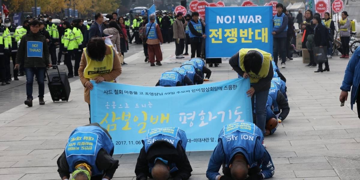 Surcoreanos esperan a Trump entre protestas