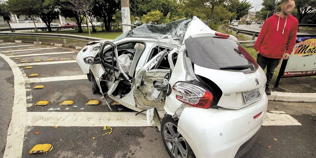 Ônibus intermunicipal perde controle e atinge carros e oficina em Santo André