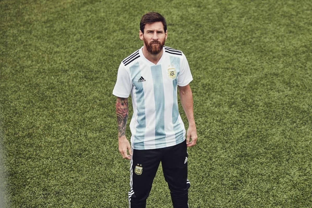 Messi veste a camisa da Argentina Reprodução/Footy Headlines